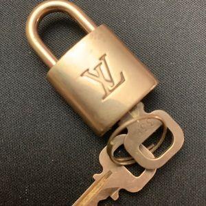 😊 🥰 AUTHENTIC LOUIS VUITTON LOCK & TWO KEYS.